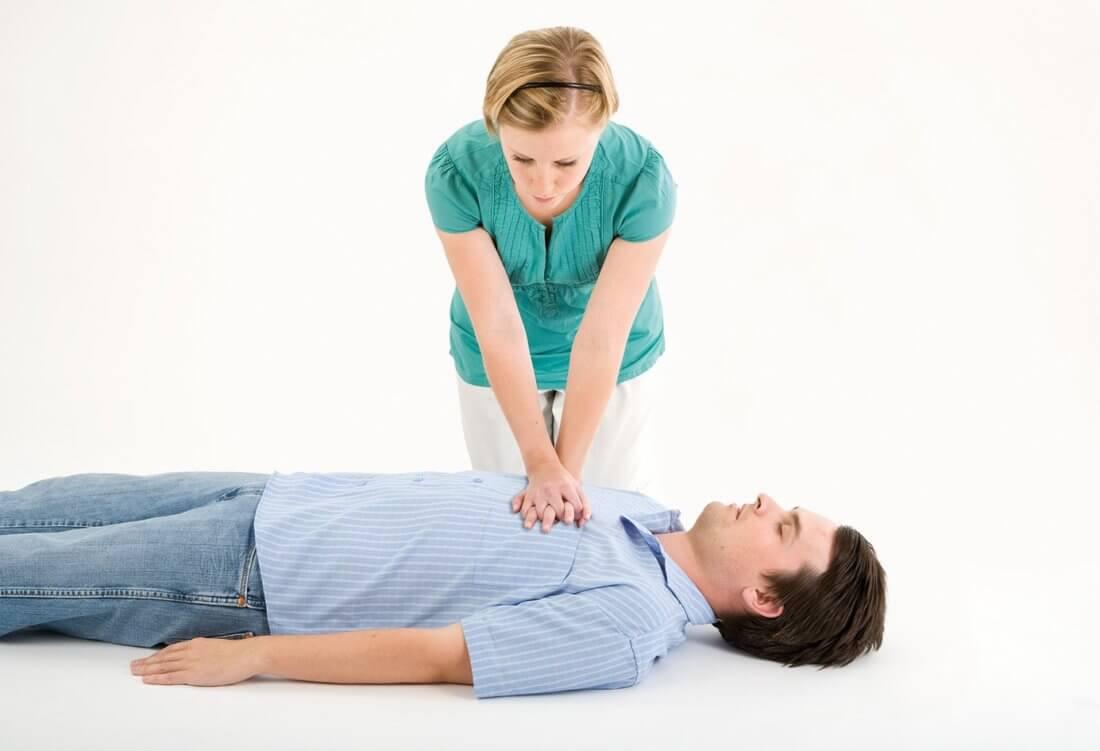 Женщина делает непрямой массаж сердца