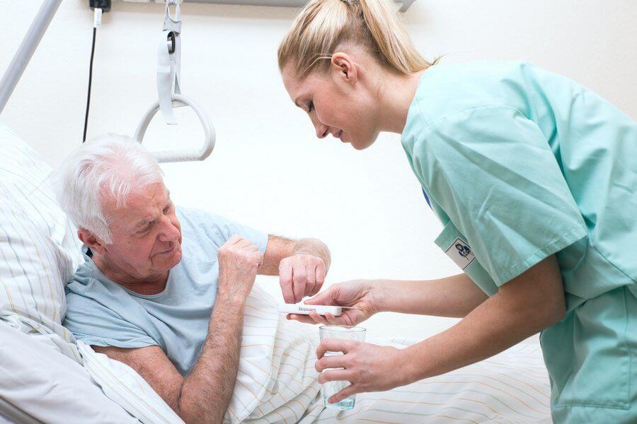 Пожилой мужчина в больнице