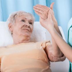 Восстановление руки после инсульта — правила и прогноз реабилитации, методы терапии